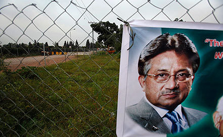 Постер с изображением Первеза Мушаррафа возле его дома. Фото AP Photo/Anjum Naveed