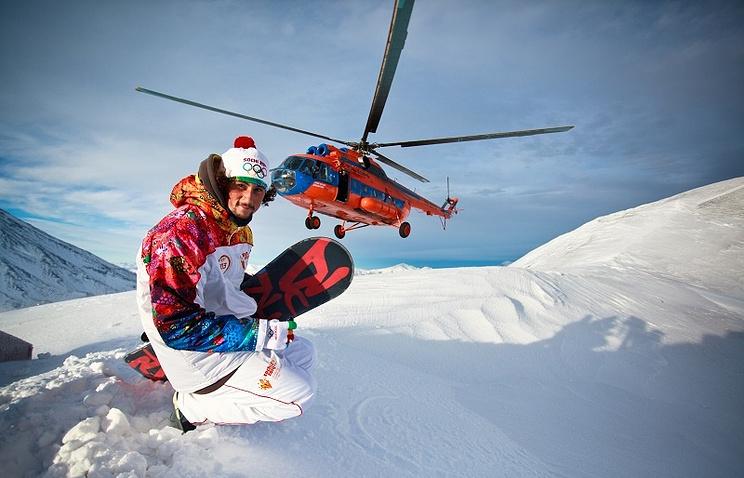 Вертолет МИ-8 на высоте 2 741 метр над уровнем моря во время этапа эстафеты Олимпийского огня на Камчатке