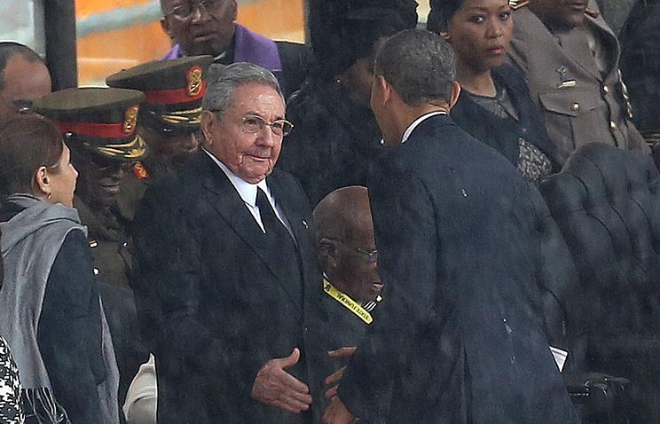 Приветствие Рауля Кастро и Барака Обамы во время панихиды по Нельсону Манделе