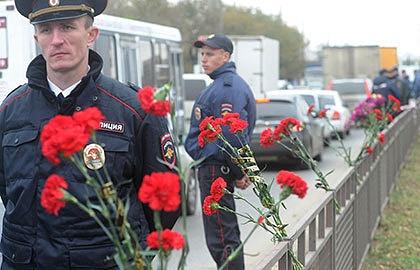 Цветы на месте теракта в Волгограде. Фото ИТАР-ТАСС/ Дмитрий Рогулин