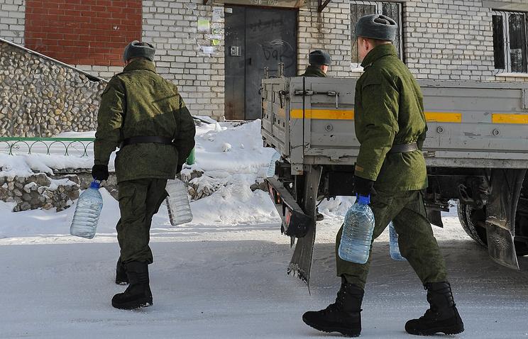 Военнослужащие Еланского гарнизона ежедневно доставляли воду инвалидам, пожилым людям и многодетным семьям