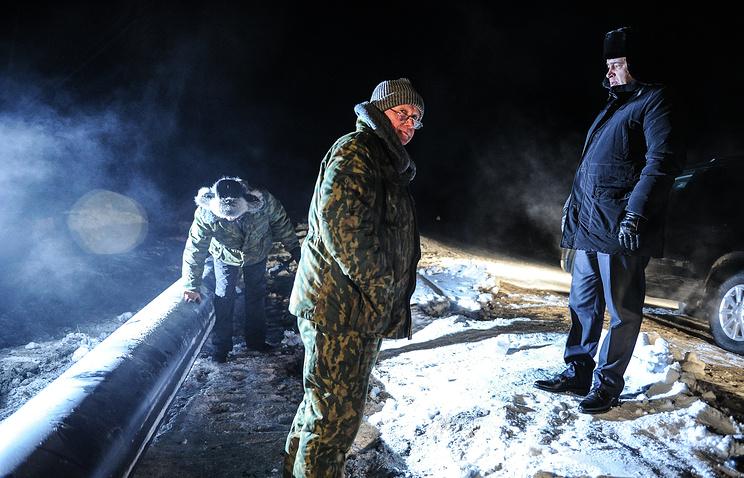 Губернатор Свердловской области Евгений Куйвашев (справа) во время проверки хода ремонтных работ на водоводе в 100 километрах от Сухого Лога в селе Кочневское