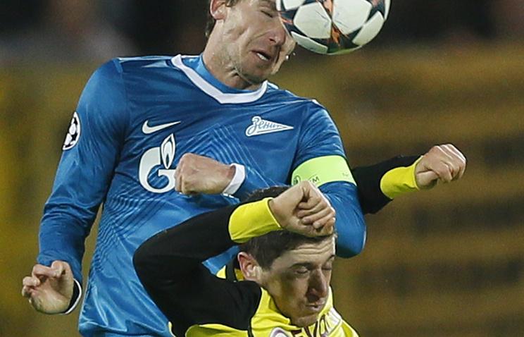 Николас Ломбертс борется за мяч с Робертом Левандовски
