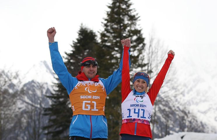 Россияне Алексей Иванов (ведущий) и Михалина Лысова, завоевавшие золотые медали по биатлону