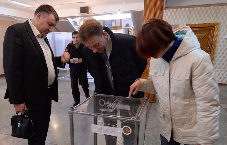 Представитель Европарламента Валерио Чинетти (в центре) на одном из избирательных участков во время референдума о статусе Крыма