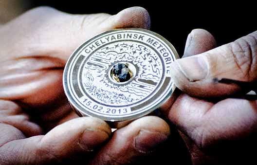 Медаль с фрагментом метеорита