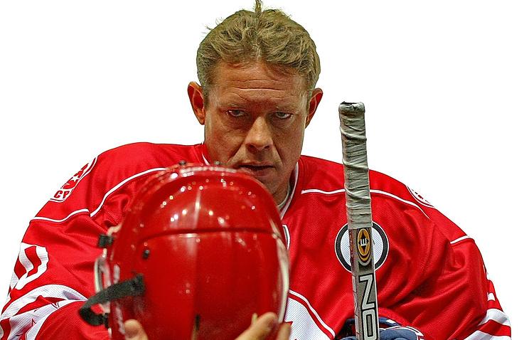 Павел Буре во время хоккейного матча между ветеранами сборных России и Канады