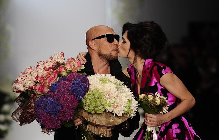 Игорь Гуляев с моделью на показе в 2013 году