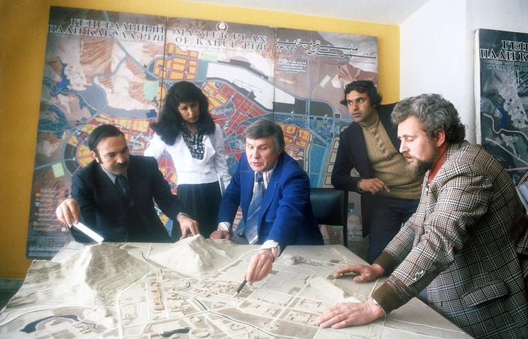Советские и афганские архитекторы обсуждают генеральный план застройки Кабула, Кабул, Афганистан, 1979 год