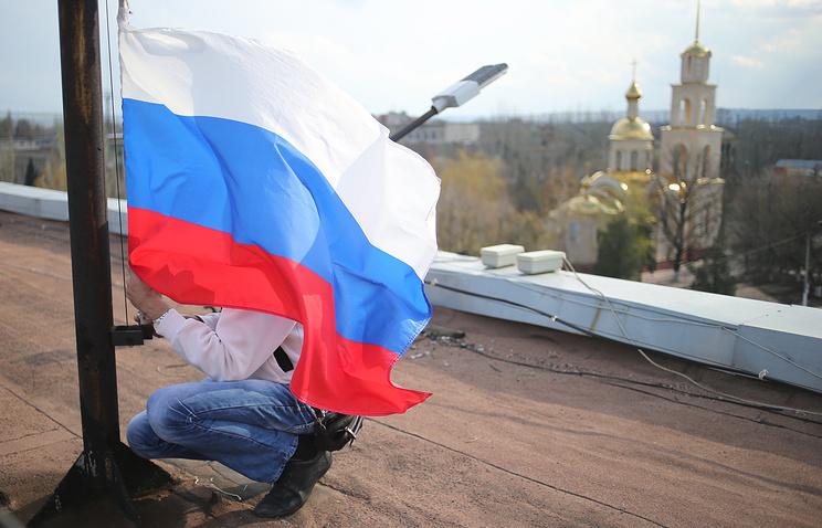 Славянск, 15 апреля 2014 года, водружение флага России над зданием городской администрации