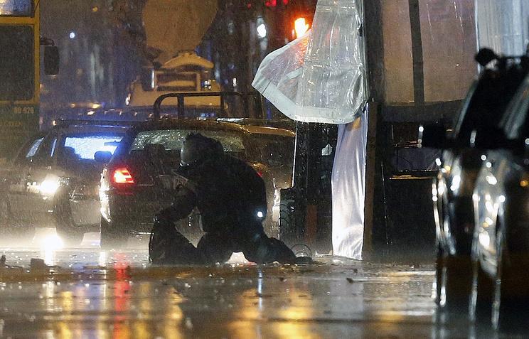 Взрывотехники обследуют место контролируемого взрыва подозрительных рюкзаков