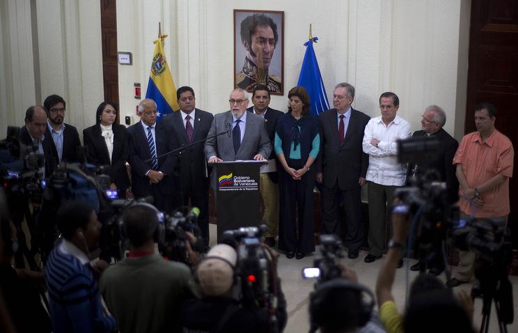 Генеральный секретарь оппозиционного Блока демократического единства Рамон Гильермо Авеледо /в центре/