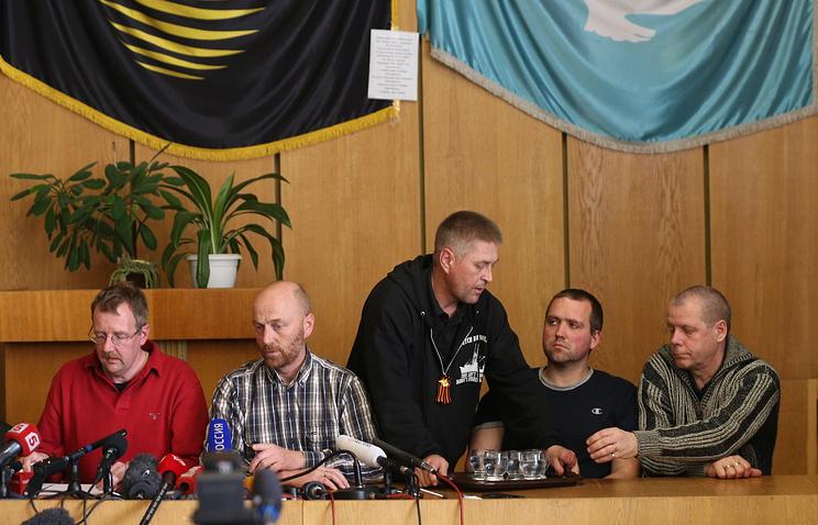 Члены делегации военных наблюдателей из стран-членов ОБСЕ Аксель Шнайдер (второй слева) и Ингви Томас Йоханссон (справа), которые ранее были задержаны