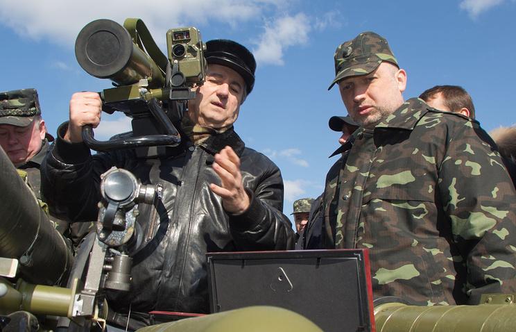 Александр Турчинов (справа) во время посещения военного полигона возле поселка Десна, 2014 год