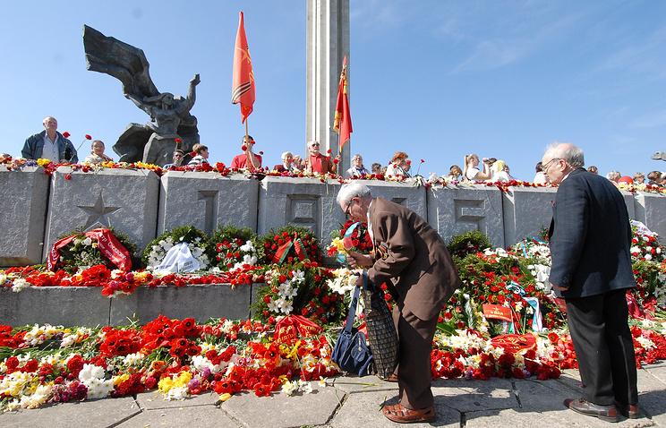 Ветераны у памятника советским воинам-освободителям в Риге, Латвия