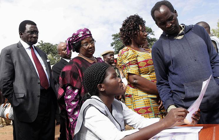Президент Малави Джойс Банда (вторая слева) на избирательном участке 20 мая