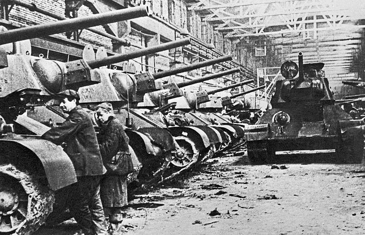 Готовые танки Т-34 в цехе ЧТЗ. 1942 год
