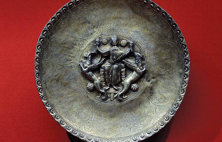 Блюдо со сценой полёта Александра Македонского на грифонах, XII век, Византия