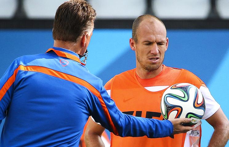Главный тренер сборной Нидерландов Луи ван Гал (слева) и полузащитник Арьен Роббен (справа)