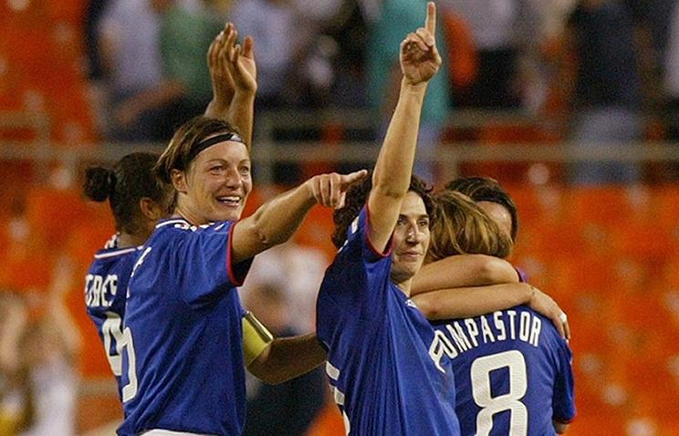 Корин Диакр (слева) во время выступления за сборную Франции