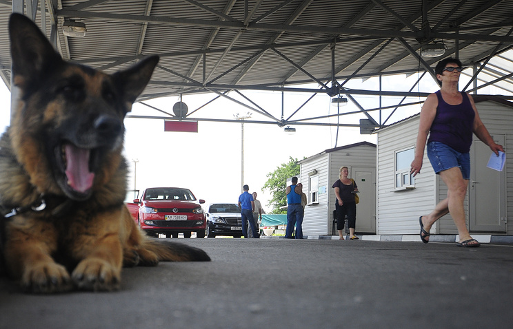 """На пропускном пограничном пункте """"Новошахтинск"""", июнь 2014 год"""