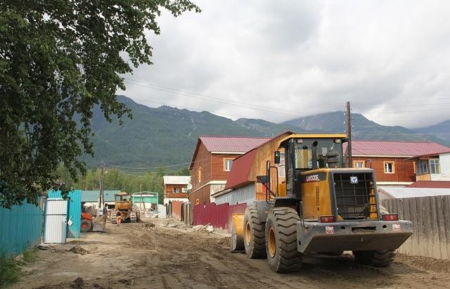 Восстановительные работы после паводка в посёлке Аршан. Архив