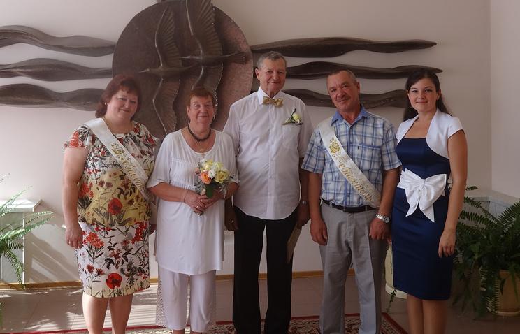 Сотрудники ЗАГС поздравили супругов с юбилеем свадьбы.