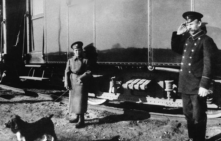 Цесаревич Алексей со спаниелем Джоем у вагона императорского поезда