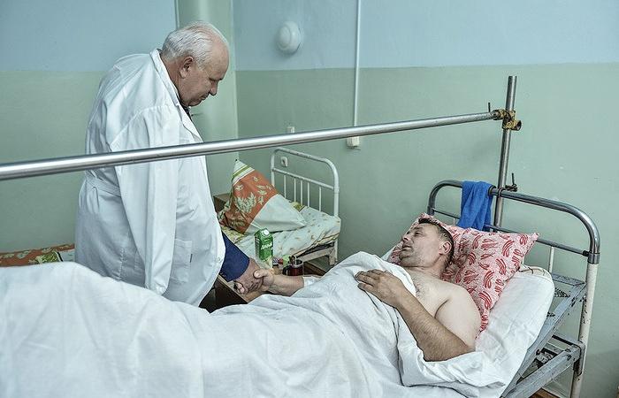 Глава Республики Хакасия Виктор Зимин во время посещения шахтёров, пострадавших при аварии. Архив