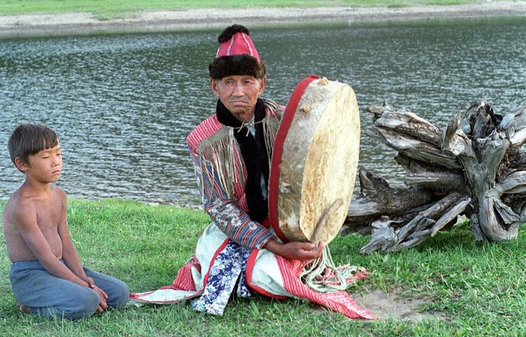 Тофаларский шаман и ребёнок. Архив