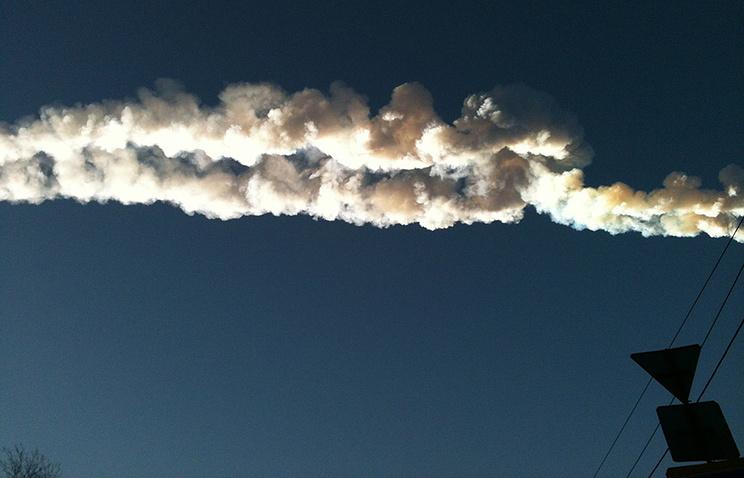 След от падения осколка метеорита в небе над Копейском. 15 февраля 2013 года
