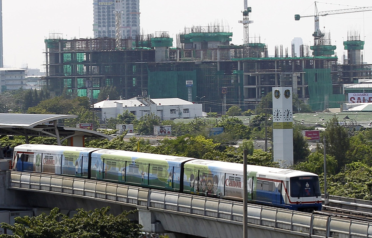 """Поезд """"легкого метро"""" в одной из азиатских столиц."""