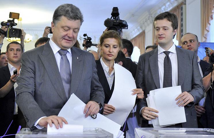 Петр Порошенко с супругой Мариной и сыном Алексеем во время голосования на президентских выборах на Украине в 2014 г