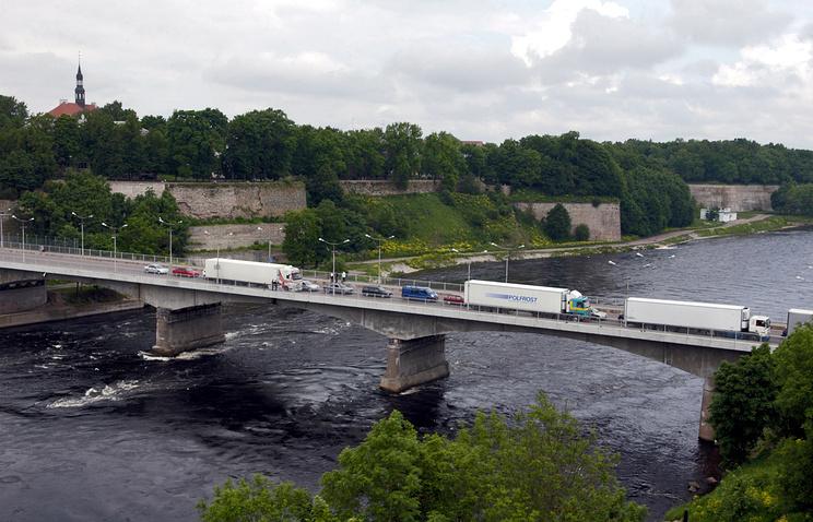 Мост через реку Нарва, соединяющий Россию с Эстонией рядом с Ивангородом