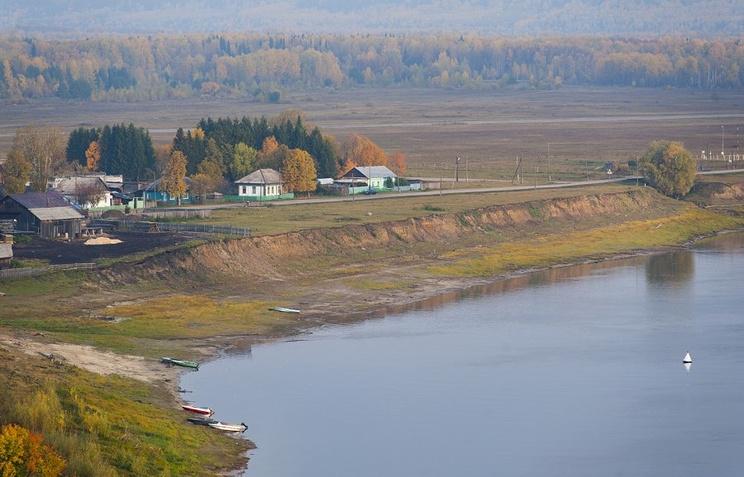 Берег реки Иртыш близ поселка Усть-Ишим в Омской области, где были обнаружены археологические находки