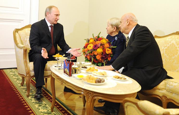 Президент РФ Владимир Путин, композитор Александра Пахмутова и поэт Николай Добронравов
