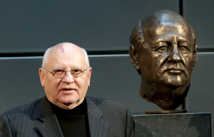 Бывший президент СССР Михаил Горбачев у бронзового бюста, открытого в Аксель-Шпрингер пассаже в день 20-летия падения Берлинской стены, 2009 год