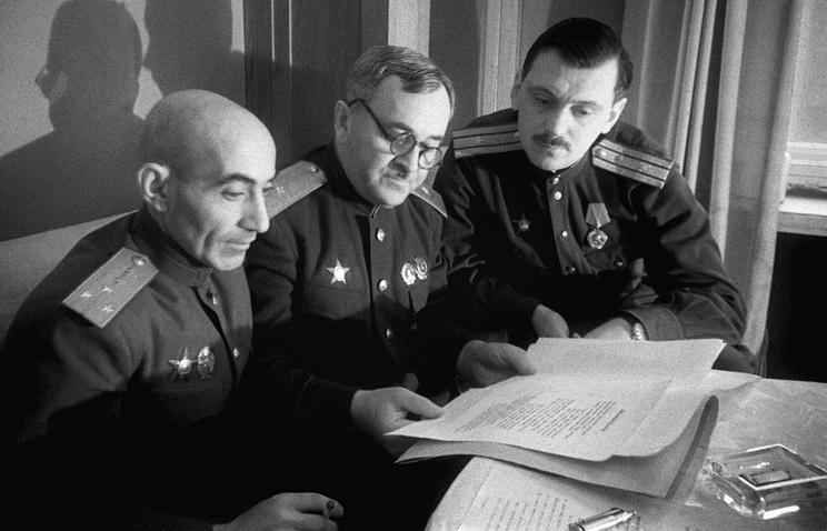Авторы государственного гимна СССР, 1943 год. А. Александров - в центре. Слева - писатель Г. Эль-Регистан, справа - поэт С. Михалков.