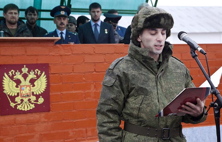 Глава Чечни Рамзан Кадыров (слева) на церемонии отправки призывников на службу в Симферополь
