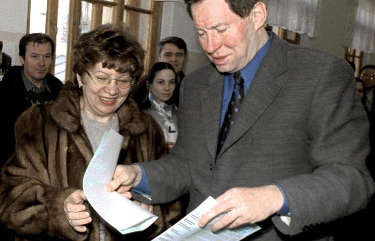 Владимир Яковлев и его супруга Ирина  голосуют на выборах президента России, 2000 год