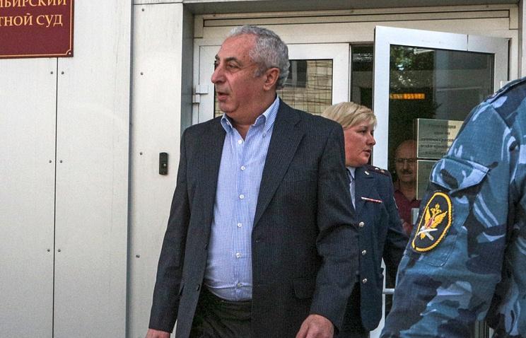 Александр Солодкин-старший покидает здание суда после принятия решения об изменении меры пресечения на домашний арест. Архив