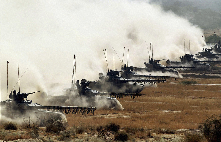 Танки Т-90 индийских вооруженных сил во время учений