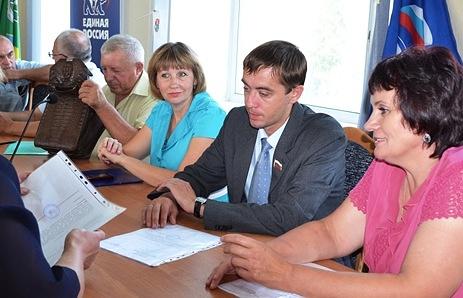 Антон Бочаров (в центре)
