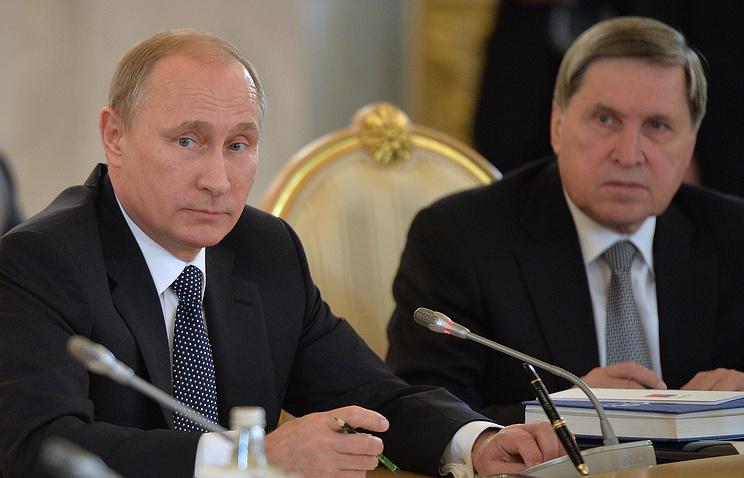 Президент России Владимир Путин и помощник президента РФ Юрий Ушаков на заседании высшего Евразийского экономического совета