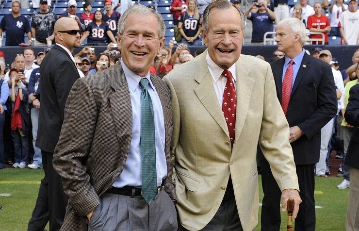 Джордж Буш-старший (справа) с сыном Джорджем Бушем-младшим