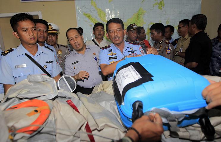 Детали самолета и чемодан, найденные на месте предполагаемого падения Airbus А320-200 авиакомпании AirAsia
