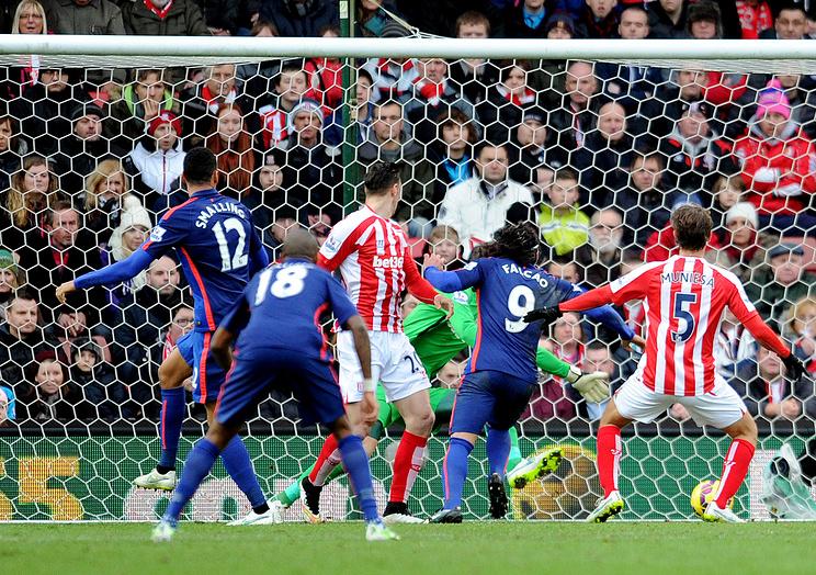 """Радамель Фалькао (второй справа) отправляет мяч в ворота """"Сток Сити"""""""