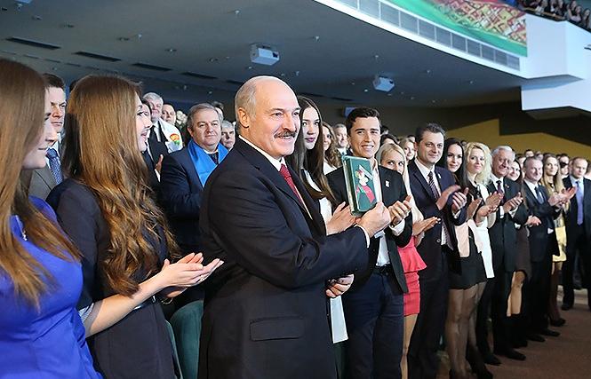 Александр Лукашенко среди участников съезда