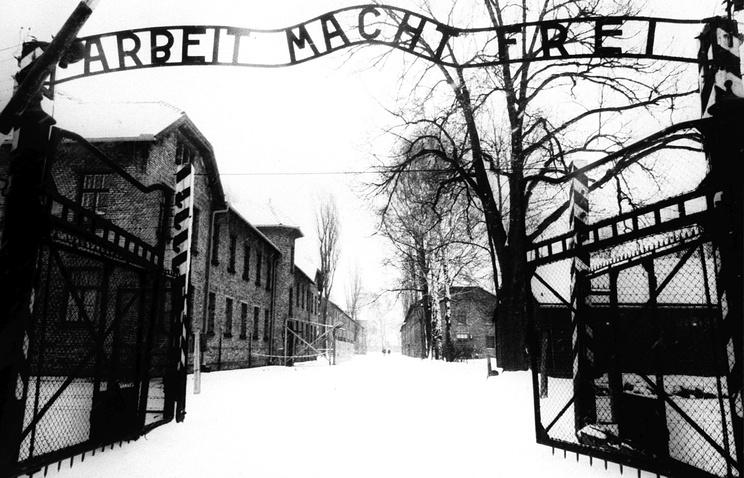 Вход на территорию концлагеря Освенцим, 1945 год