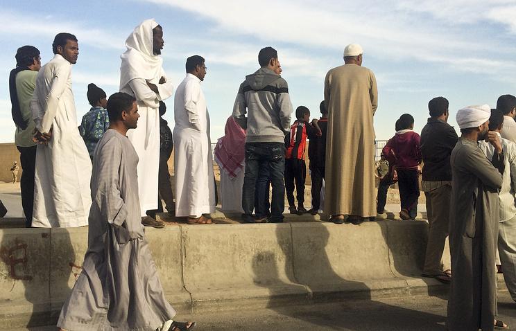Жители Саудовской Аравии собираются возле кладбища, где будет похоронен король Абдалла